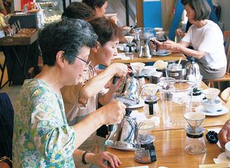 コーヒーを淹れる参加者