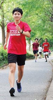 大和高校前の並木道で歩く矢内さん。「一本道で練習しやすい。声援を送ってくれる地域の人もいます」
