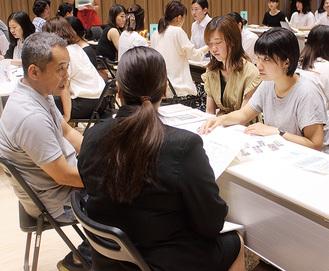 学生の横に座り父親のように語る椿園長(左)