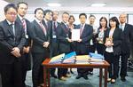 塩崎厚労大臣(当時/中央右)に署名を渡す高木さん(同左)