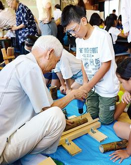 星座柄の竹ランタンを作る児童