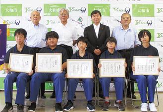大和消防団の(前列左から)横山君、湯川君、佐潟君、藤井君、松永さん