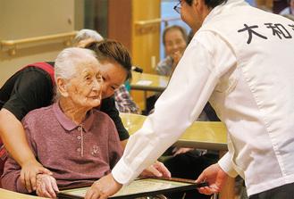 大木市長から長寿を祝う感謝状を受け取る勝田みつさん