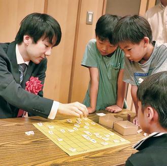 本田四段の指導を受ける参加者たち