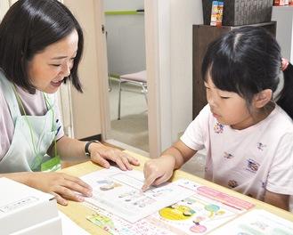 学童期調査の説明をうける川井美來さん(右)