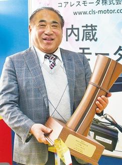 大賞のトロフィーを持ち笑顔の白木社長