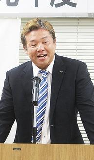 挨拶をする長井新会長