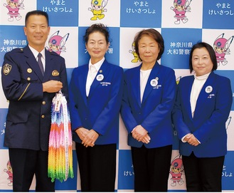 (左から)千葉署長、石原会長、小林基子副会長、高杉貴子副会長