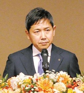 謝辞を述べる平田会長