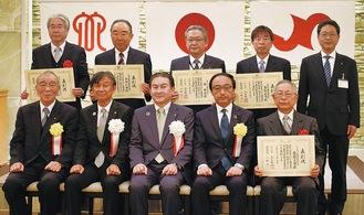 後列左から小口さん、平田さん、境さん、草野さん、鳴海智大和商工会議所専務理事、前列左端が河西正彦大和商工会議所会頭、右端が奥脇さん