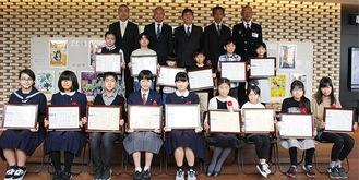 大木哲市長(後列中央)らと記念撮影に応じるポスター入賞者