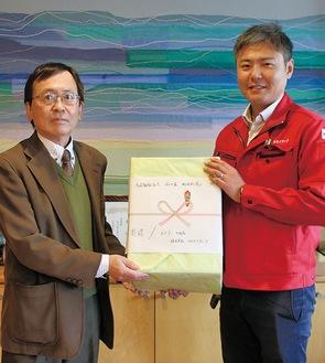 ガイソー・屋比久社長(右)がプレマ会・古谷田理事長にマスクを寄贈