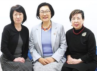(右から)岡本幸子副会長、須永会長、坂本しのぶ副会長