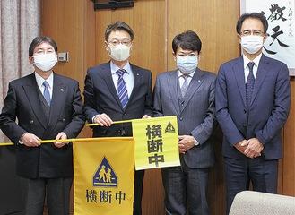 (左から)大木哲市長、新村会長、吉原一彦副会長、篠崎勝則副会長