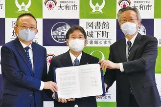 左から近藤歯科医師会会長、大木哲市長、小林医師会会長