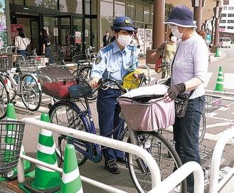 自転車に乗る前のチェックポイントを伝える職員