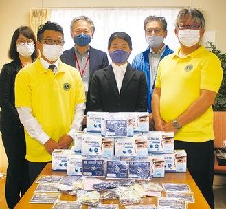 (左から)岩崎施設長、塚野浩幸大和リバティライオンズクラブ前会長、小林取締役、橋本さん、荻窪光男同クラブ前幹事、青木市議