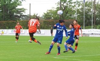 No.17・西山春香選手の強烈なヘディングシュートは、相手選手に当たってそのままゴールへ