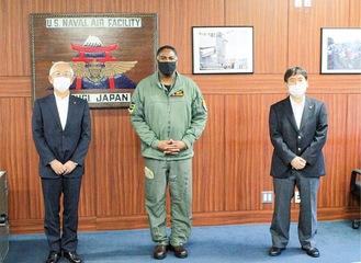 右から大木市長、ロイド・マック大佐、古塩綾瀬市長