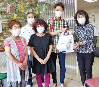 マスクを受け取る和田施設長(右)と美容組合のメンバー
