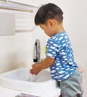 保育園に自動水栓を設置