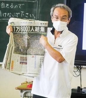 生徒たちにわかりやすく話す津田さん