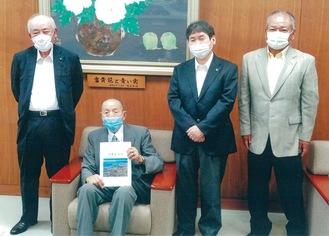 大木市長に報告に訪れた(左から)関水理事長、松川清理事、(右)上野岩雄副理事長