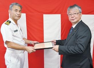夏井本部長(左)から感謝状を受け取る青木氏