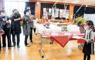入賞した子どもたちを活性化会議のメンバーがクラッカーでお祝い