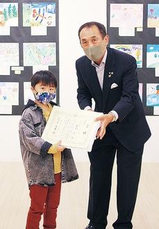 冨岡会長から市長賞を受け取る渡辺君