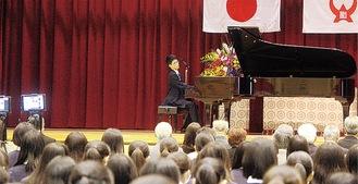 卒業生の岡田さんがピアノ演奏