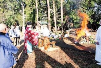 正月飾りなどに点火されたのち祝詞が奏上された