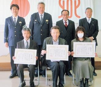 (前列左から)表彰状を手にする大和市交通指導員大和支部の石岡支部長、大木英広さん、妻・和代さん