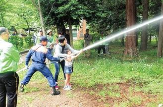 地域防災訓練でスタンドパイプ消火資機材を扱う市民