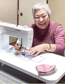 お気に入りのミシンで作業する鈴木さん