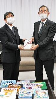 目録を手にする大木市長(左)と曽我専務理事