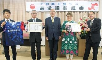 右から今村豪活お店大賞実行委員長、橋本さん、河西会頭、桃井さん、服部さん