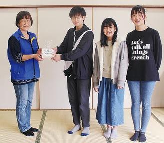 (左から)カルタを手渡す市子連の小川会長、齋藤君、佐多さん、小野田さん