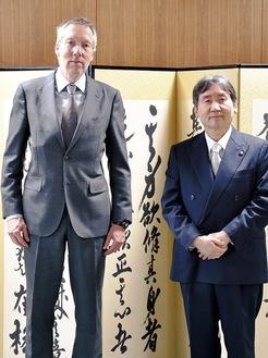 ペーター・ファン・デル・フリート大使(左)