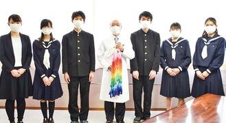 (写真左から)隈元教諭、川上ひなのさん、岩瀬丈流さん、矢尾病院長、鈴木さん、小吉美由起さん、多呂七翠さん