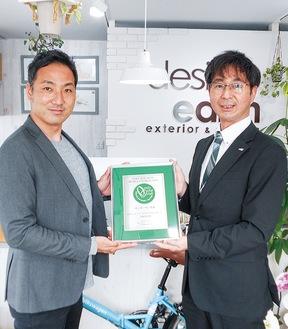 関係者から大賞の盾を受け取る吉川さん(写真左)
