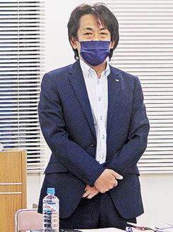 延期を発表する長谷川委員長