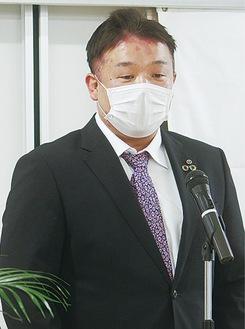 抱負を述べる長井会長