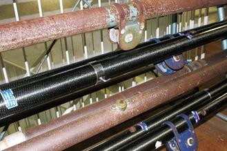 鉄製の支柱(上から1番目と3番目)は重く、塗料が剥げ、さびも目立つ。カーボン製(同2番目と4番目)も購入から14年経過、劣化も目立つようになってきたという