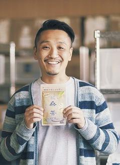 動画内で自社製品を手にして紹介する須藤代表