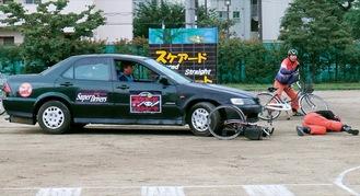 自動車と自転車の衝突事故を再現
