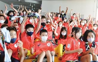 ゴールの瞬間、会場にいた多くの人が諸手を挙げ大きな拍手をテレビ画面に送った