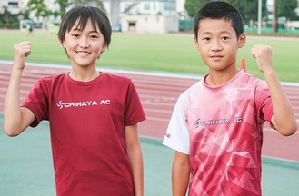 ガッツポーズをする松岡君(右)と志村さん
