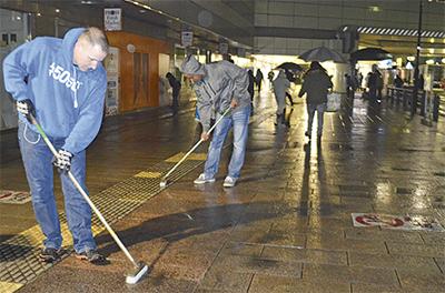 早朝に駅周辺を清掃
