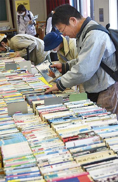 本の無料配布に多くの人